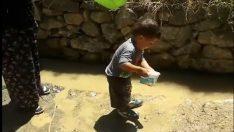 Kafasına habersizce su dökülen çocuğun komik halleri