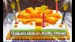 Mumları yanan pasta ve doğum günü kutlaması